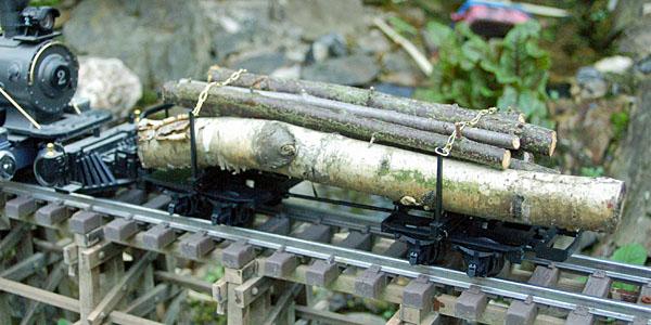 Mit Holz beladener Waldbahntruck